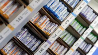 Des tubes de granulés homéopathiques au laboratoire Boiron de Brest. (FRED TANNEAU / AFP)