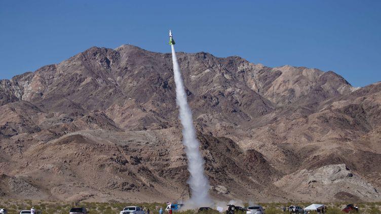 Mike Hughes décolle à bord de sa propre fusée près d'Amboy en Californie, le 24 mars 2018. (MATT HARTMAN/AP/SIPA)