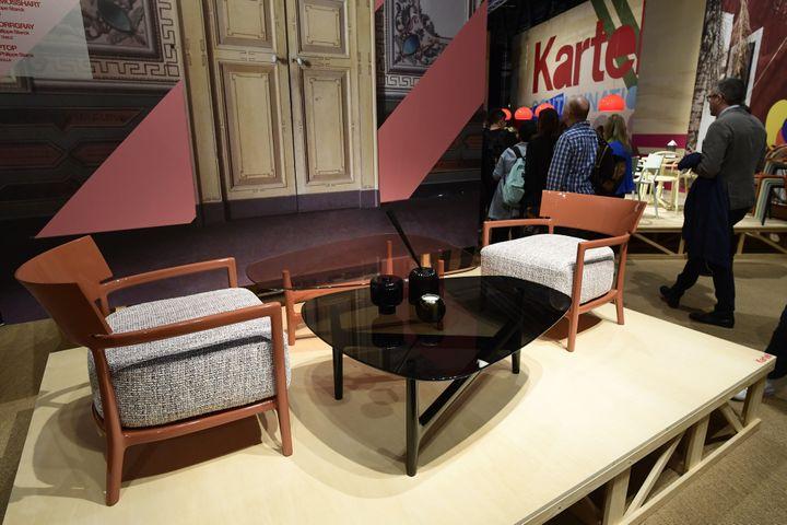 Stand Kartell au Salon du meuble de Milan 2017 : on y trouve ici un fauteuilCara Mosshart, une table de caféRae Orrgray et une console Top Top de Philippe Starck.  (MIGUEL MEDINA / AFP)