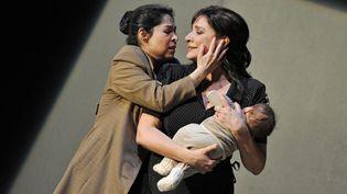 """La cantatrice Cécilia Bartoli (à droite) dans """"Norma"""" au Festival de Salzbourg 2013.  (HANS JOERG MICHEL / SALZBURGER FESTSPIELE / AFP)"""