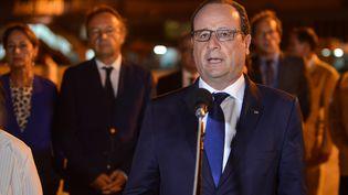 François Hollande arrive à l'aéroport de La Havane, à Cuba, dans la nuit de dimanche 10 à lundi 11 mai 2015. (ADALBERTO ROQUE / AFP)