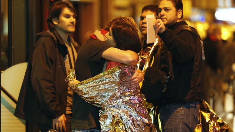 Des rescapés des attaques terroristes qui ont visé Paris le 13 novembre 2015. (FRANCOIS GUILLOT / AFP)