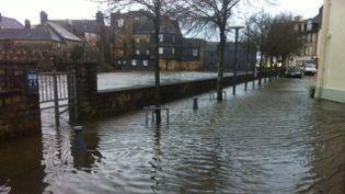 Le centre-ville de Landerneau(Finistère), sous les eaux, samedi 13 février. (MURIEL LE MORVAN / FRANCE 3 BRETAGNE)