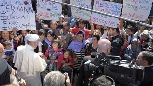 Le pape François, le 16 avril 2016 dans le camp de réfugiés de Moria, sur l'île de Lesbos. (OSSERVATORE ROMANO / REUTERS)