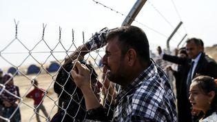 Des familles se retrouvent dans le camp de Khazir (Irak), à l'est de Mossoul, le 26 octobre 2016. (BULENT KILIC / AFP)