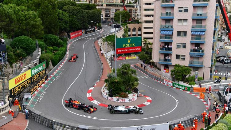 Comme en 2019, Max Verstappen et Lewis Hamilton devraient se livrer bataille dans les rues monégasques. (ANDREJ ISAKOVIC / AFP)