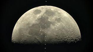Capture d'écran montrant la station spatiale internationale défiler devant lepremier quartier lunaire,février 2017 (THIERRY LEGAULT / YOUTUBE)