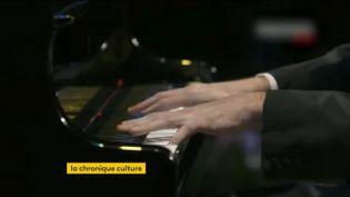 Legrand pianiste russe Nikolaï Louganski jouant du piano. (FRANCEINFO)