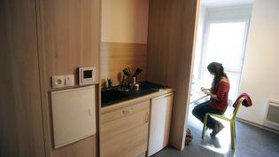 Une étudiante travaille dans sa chambre dans une résidence à Toulouse (Haute-Garonne), le 9 septembre 2013. (PASCAL PAVANI / AFP)