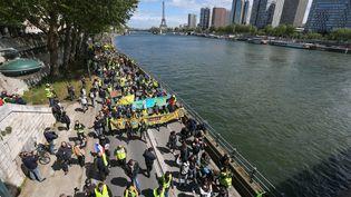 """Des """"gilets jaunes"""" le long de la Seine à Paris, le 27 avril 2019. (MICHEL STOUPAK / NURPHOTO / AFP)"""