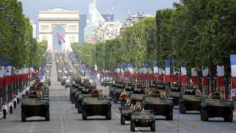 Comme chaque année, près de 5 000 soldats défileront sur les Champs-Elysées, dimanche 14 juillet. Un rendez-vous à suivre sur France 2 et sur francetv info. (BERTRAND GUAY / AFP)