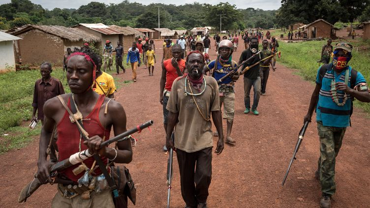 Des miliciensanti-balakamarchent à Gambo (Centrafrique), le 16 août 2017. (ALEXIS HUGUET / AFP)