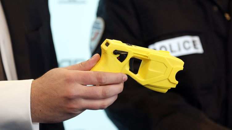Au cours de l'agression, dont a été victime le policier, unpistolet à impulsion électrique a été dérobé. (Photo d'illustration) (FRANCOIS GUILLOT / AFP)