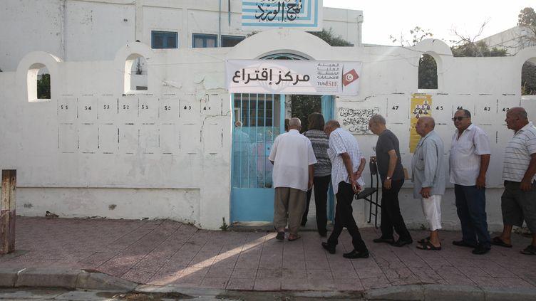 Des électeurs tunisiens font la queue devant un bureau de vote à Marsa, au nord-est de Tunis, le 15 septembre 2019. (CHEDLY BEN IBRAHIM / NURPHOTO)