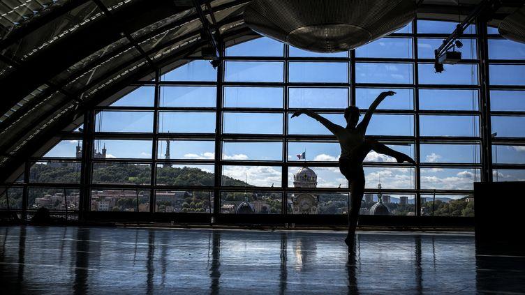 Une danseuse à l'opéra de Lyon, en septembre 2014. (Photo d'illustration) (JEFF PACHOUD / AFP)