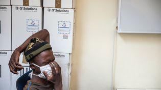 Un patient reçu au Sizwe Hospital de Johannesburg (Afrique du Sud), spécialisé dans les maladies tropicales,en août 2019. (MICHELE SPATARI / AFP)