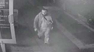 Cette capture d'image de vidéosurveillance publiée le 19 septembre 2016 par la police du New Jersey montre un homme supposé êtreAhmad Khan Rahami, suspect dans les explosions survenues à New York le 17 septembre 2016. (HO / NEW JERSEY STATE POLICE)