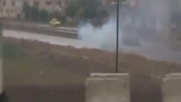 Un blindé de l'armée syrienne attaqué par des insurgés à Homs, en Syrie, jeudi 17 novembre 2011. (REUTERS ET APTN)