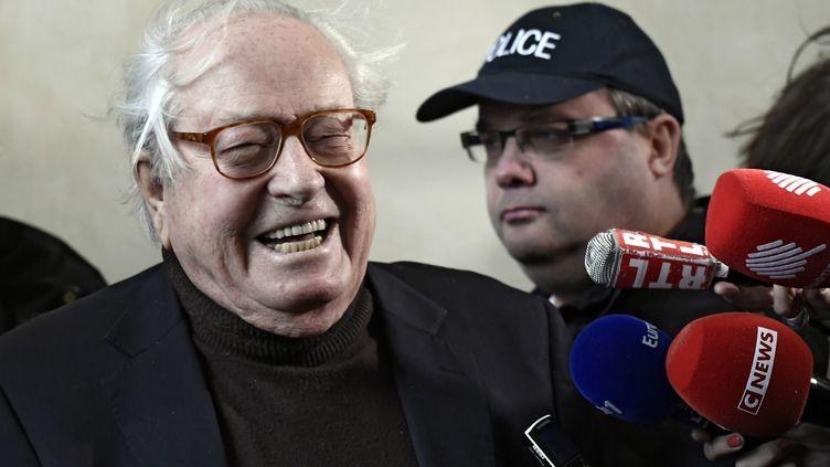 Jean-Marie Le Pen répond aux journalistes au palais de justice de Versailles (Yvelines), le 11 décembre 2017. (PHILIPPE LOPEZ / AFP)