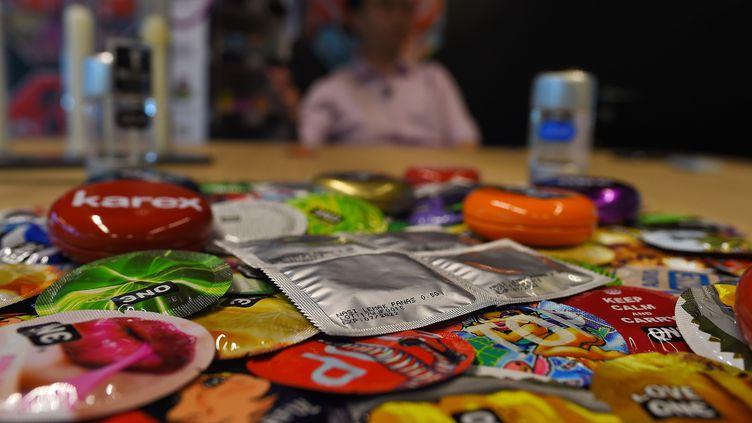 Des préservatifs posés sur une table, le 20 septembre 2017, àPort Kelang enMalaisie. (MANAN VATSYAYANA / AFP)