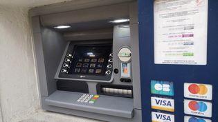 Un distributeur automatique de billets (DAB) à Hyères (Var). Photo d'illustration. (SOPHIE GLOTIN / RADIO FRANCE)