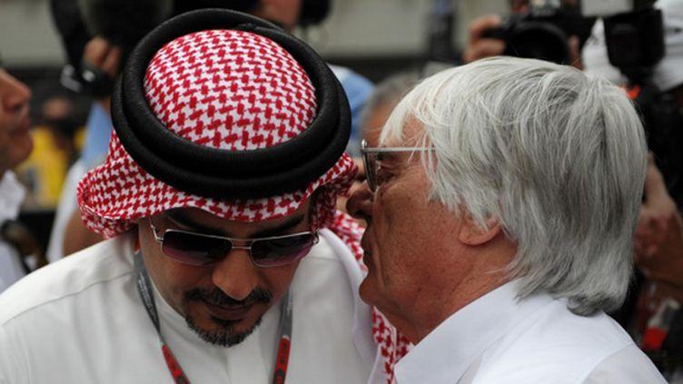 Le prince Salman bin Hamad al-Khalifa discute avec Bernie Ecclestone (DIMITAR DILKOFF / AFP)