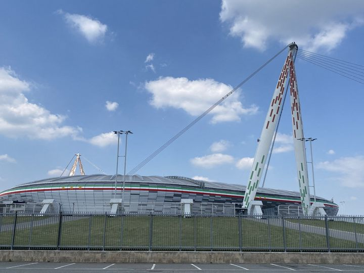 L'Allianz Stadium près de Turin, encore désert, se prépare doucement à la reprise du foot en Italie. (FANNY LECHEVESTRIER / RADIO FRANCE)