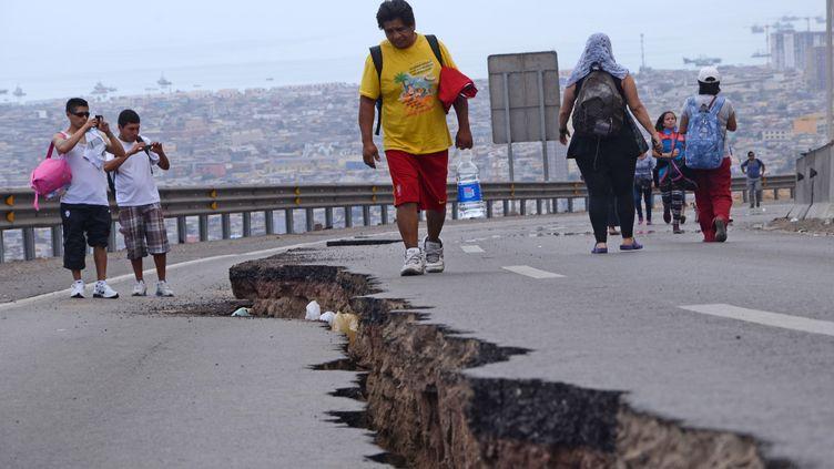 Des passants constatent les dégâts d'un tremblement de terre, le 2 avril 2014, à Iquique (Chili). (ALDO SOLIMANO / AFP)