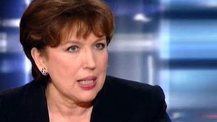 Roselyne Bachelot expliquant le changement de stratégie du gouvernement sur la lutte contre la grippe A, sur TF1 (France 2)