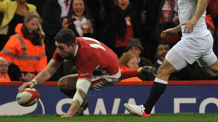 L'ailier gallois Alex Cuthbert marque son second essai du match face à l'Angleterre, à Cardiff (Royaume-Uni), le 16 mars 2013. (PAUL ELLIS / AFP)