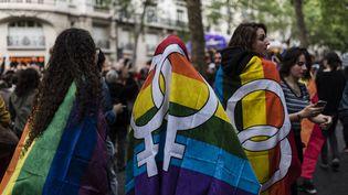 Des personnes défilent à l'occasion de la Marche des fiertés, le 2 juillet 2016, à Paris. (DENIS MEYER / HANS LUCAS / AFP)