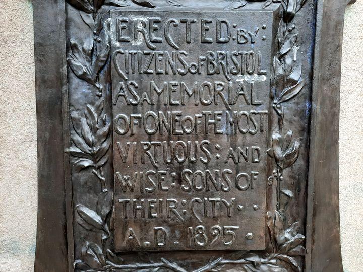 """Ne reste plus aujourd'hui que la plaquedu monumentsur laquelle on peut lire :""""Erigé par les citoyens de Bristol pour se souvenir de l'un des plus vertueux et sage fils de leur ville"""". (RICHARD PLACE / RADIO FRANCE)"""
