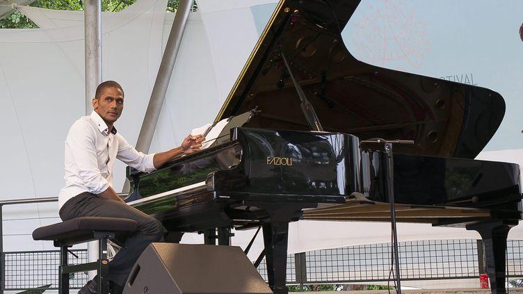 Le jazz à l'époque des concerts au grand air... Le pianiste Grégory Privat sur scène à Paris le 1er juillet 2017, lors du Paris Jazz Festival. Aujourd'hui, il s'adapte et joue à domicile. Et c'est beau. (ERIC BALEDENT / MAXPPP)
