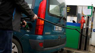 Un automobiliste dans une station-essence, le 5 décembre 2018, àSaint-Laurent-de-Condel (Calvados). (CHARLY TRIBALLEAU / AFP)