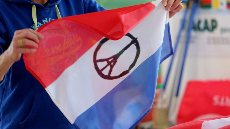 (Avec ou sans le sigle de soutien à Paris, le drapeau français s'affiche beaucoup depuis le 13 novembre. © maxPPP)