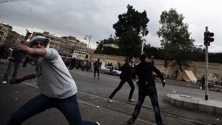Les opposants au président égyptien Mohamed Morsi ont été violemment chassés des alentours du palais présientiel par des partisans du chef d'Etat, mercredi 5 décembre au Caire (Egypte). (GIANLUIGI GUERCIA / AFP)