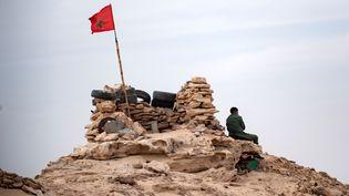 Un soldat marocain au sommet d'une colline à Guerguerat, au Sahara occidental, à la frontière mauritanienne, après l'intervention des forces armées royales marocaines dans la région, le 23 novembre 2020. (Fadel SENNA / AFP)