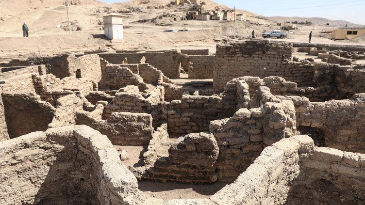 Les ruines d'une cité vieille de 3 000 ans découvertes en Egypte, près de Louxor (10 avril 2021) (STRINGER / ANADOLU AGENCY VIA AFP)