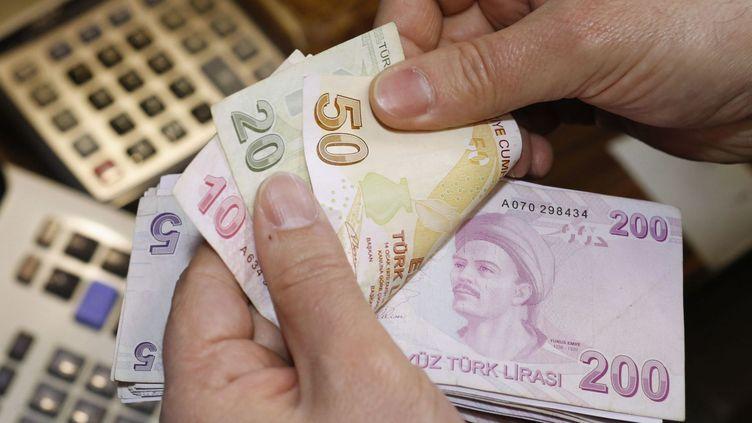 Un bureau de change à Istanbul. Cours du 11/10/2015 : une livre turque (TL) = 0,302297839 €. La monnaie turque a perdu 15% de sa valeur par rapport à l'euro depuis janvier 2015. (Murad SEZER / REUTERS)