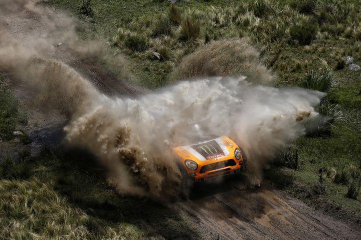 La voiture d'Orlando Terranova lors de la première étape du Dakar, le 5 janvier, entre Rosario et San Luis, en Argentine. (FRANCOIS FLAMAND / DPPI MEDIAS / AFP)