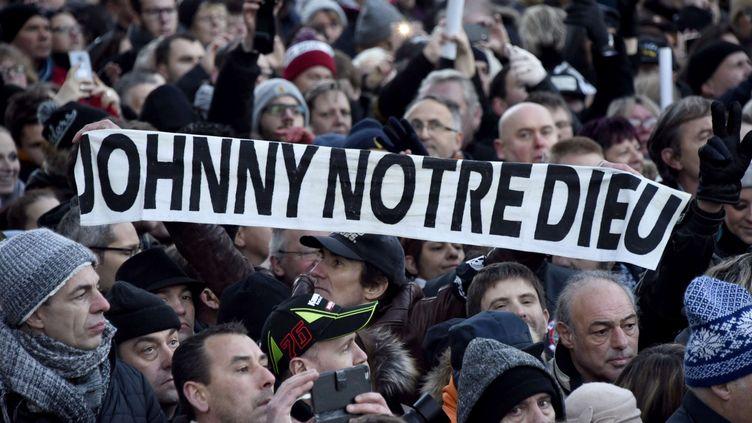 Des fans de Johnny Hallyday assistent à l'hommage populaire donné à Paris, le 9 décembre 2017. (EREZ LICHTFELD / SIPA)