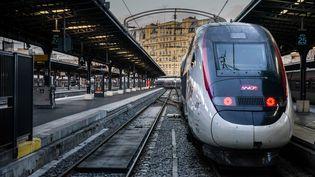 Un train en gare de l'Est à Paris le 13 décembre 2019 pendant la grève contre la réforme des retraites. (MARTIN BUREAU / AFP)