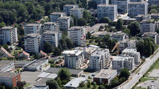 Des immeubles construits dans une banlieue de Paris. (LOIC VENANCE / AFP)
