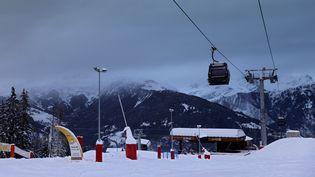 Une remontée mécanique de la station de ski de Courchevel (Savoie), en décembre 2020. (THOMAS COEX / AFP)