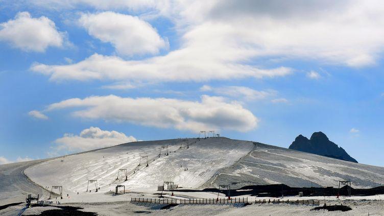 La piste du glacier des Deux Alpes a été fermée aux skieurs pour le mois d'août 2019 faute de neige, une première. (PHILIPPE JUSTE / MAXPPP)