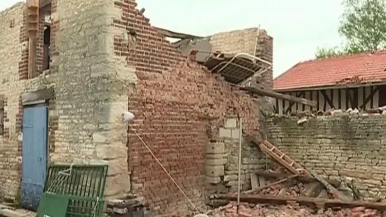 L'est de la France a été frappé par des orages violents ce dimanche 29 avril. Du vent, de la pluie, de la grêle et même des tornades ont endommagé des bâtiments. Plusieurs villages ont subi de lourds dégâts. (France 2)