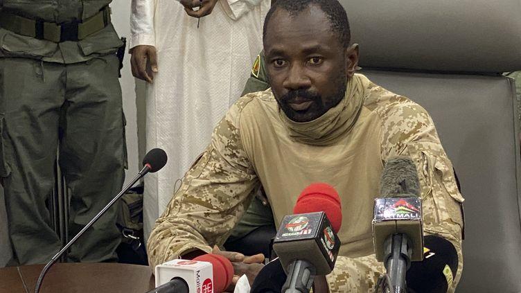 Le colonel AssimiGoïta lors d'une conférence de presse à Bamako après le premier coup d'Etat au Mali, en août 2020. (MALIK KONATE / AFP)