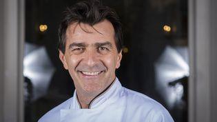 """Le chef étoilé Yannick Alléno devant le restaurant """"Le Pavillon Ledoyen"""", à Paris, le 22 septembre 2016. (MARTIN BUREAU / AFP)"""
