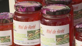 Y aura-t-il du miel français dans nos magasins dans les mois qui viennent ? La question est posée, car la récolte est catastrophique cette année, il y a eu 2 fois moins de miel produit qu'en 2020 en raison du gel au printemps, et de la météo maussade une bonne partie de l'été (CAPTURE ECRAN FRANCE 2)
