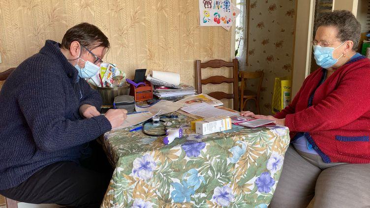 Un jour par semaine le docteur Tudosese rend chez des patients du village de La Tour d'Auvergne (Puy-de-Dôme). La commune n'a plus de médecin généraliste depuis un an. Le dernier en exercice est mort du Covid-19. (BORIS LOUMAGNE / RADIO FRANCE)